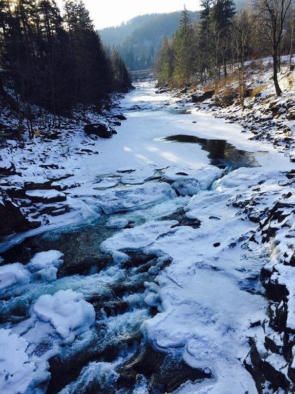 У місті Яремче замерз водоспад Пробій